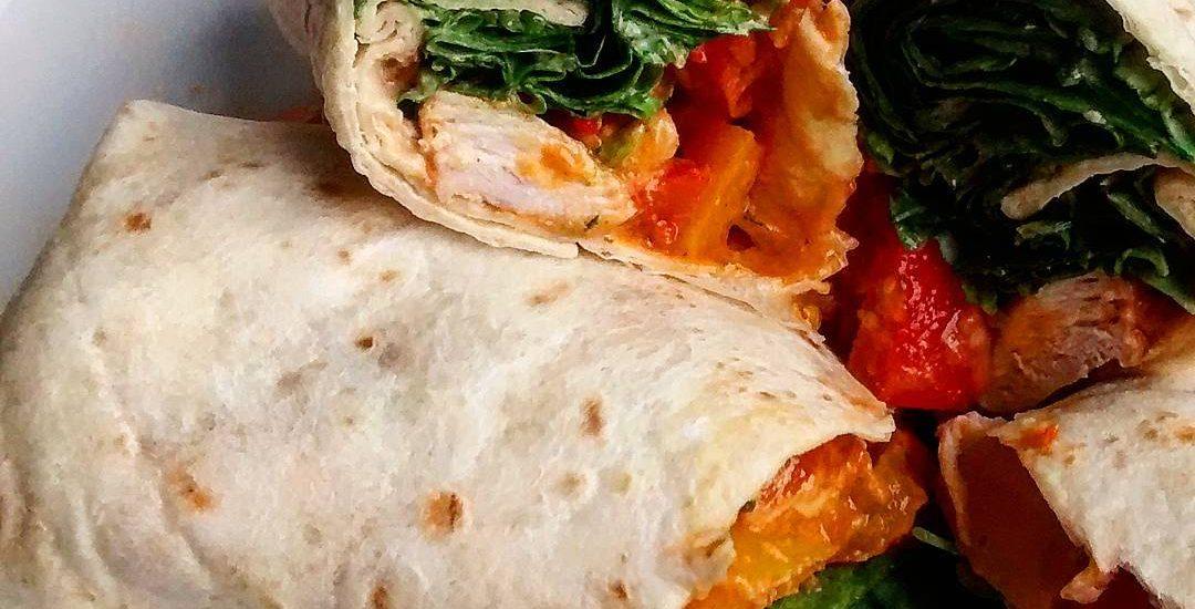 wraps gefüllt mit hähnchen gemüse und salat